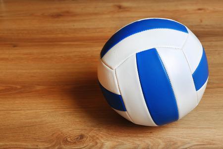 Balón de voleibol en el fondo de madera