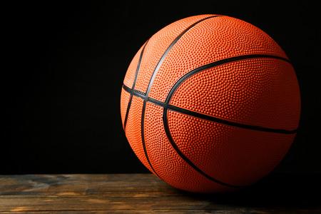 baloncesto: Bola del baloncesto en el fondo negro
