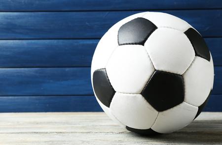 balon de futbol: Balón de fútbol en el fondo de madera Foto de archivo