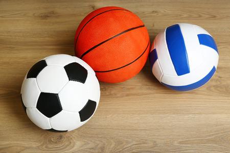 balones deportivos: Se divierte bolas sobre fondo de madera Foto de archivo