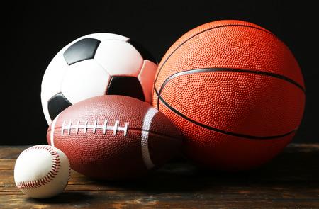 pelota rugby: Se divierte bolas en fondo negro Foto de archivo