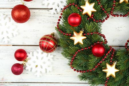 木製の背景の装飾とグリーンのクリスマス リース