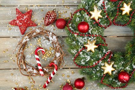 Groene kroon van Kerstmis met decoratie op houten achtergrond