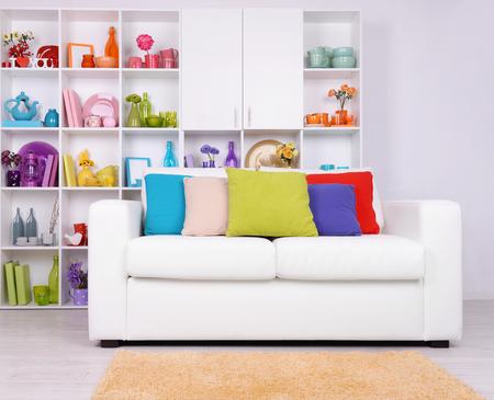 Modern interieur. Witte woonkamer met sofa en boekenkast