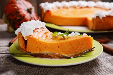 Stück hausgemachte Kürbis-Kuchen auf dem Teller auf Sackleinen Hintergrund Standard-Bild
