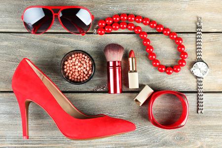 Essentials-Mode Frau Objekte auf Holzuntergrund