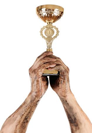 manos sucias: copa de oro en las manos sucias aislado en blanco