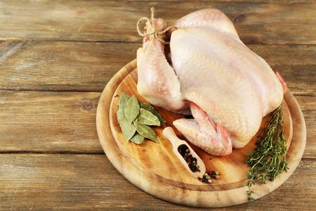 Rohes Huhn auf Holztisch