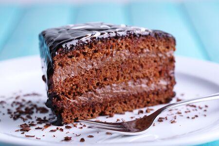 rebanada de pastel: delicioso pastel de chocolate en un plato en la mesa de primer plano Foto de archivo