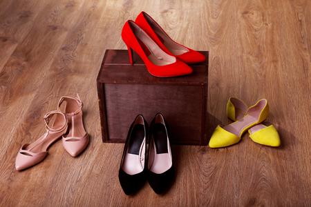 scarpe da donna sul pavimento in camera