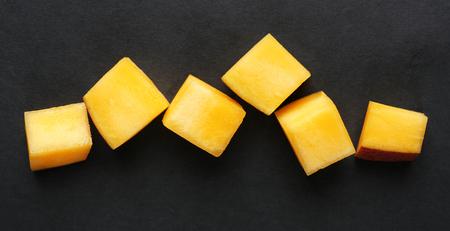 黒い背景にマンゴー スライス 写真素材