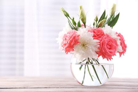 창에서 빛으로 꽃병에 아름다운 꽃