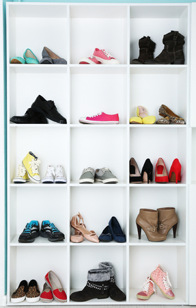 Verzameling van schoenen op planken Stockfoto