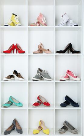 shoe store: Colección de zapatos en estantes Foto de archivo