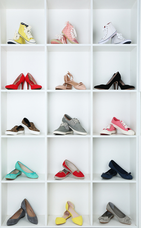 Collectie van schoenen op de planken