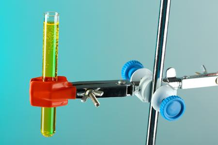 fixed: tubo de ensayo fija en el apoyo en el fondo de color Foto de archivo