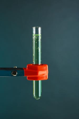 clavados: tubo de ensayo fija en el apoyo en el fondo de color Foto de archivo