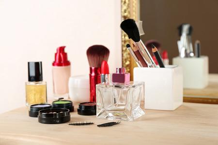 Différents produits cosmétiques sur une coiffeuse, Close up