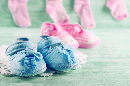Cute toddler shoes and socks on wooden background Stok Fotoğraf