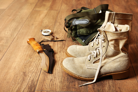 Jagdausrüstung auf hölzernem Hintergrund Standard-Bild
