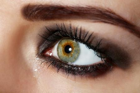 Oeil, de, jeune femme, à, larme, gros plan