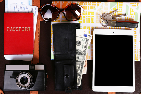 Packed suitcase of vacation items, top view Imagens