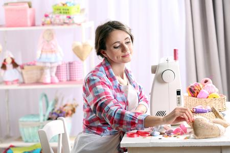 Schöne junge Nadelfrau in der Werkstatt Standard-Bild