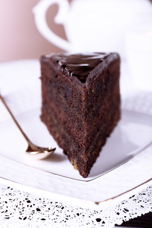 Piece of chocolate cake on white plate, closeup Banque d'images
