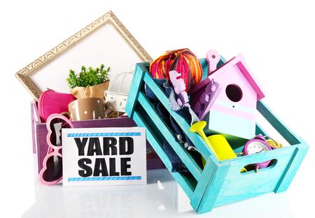 Montón de cosas no deseadas listos para la venta de garaje aislado en blanco
