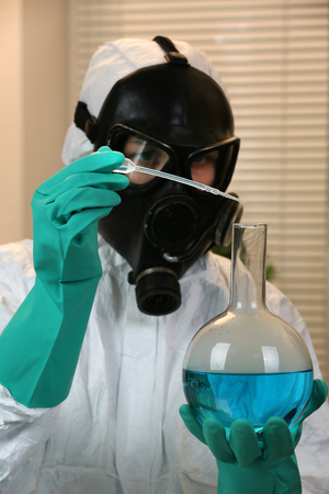 Chemist working in drug laboratory Imagens