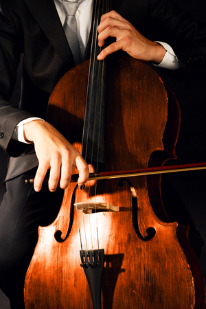 Man playing on cello close up Stockfoto