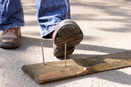 Travailleur étapes sur l'ongle à l'extérieur Banque d'images
