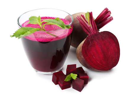 Fresh beet juice isolated on white Banque d'images