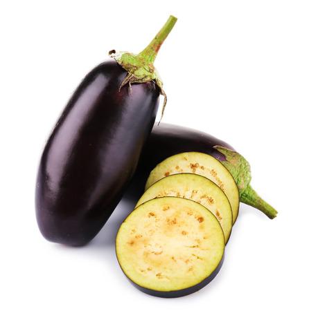Verse aubergine geïsoleerd op wit