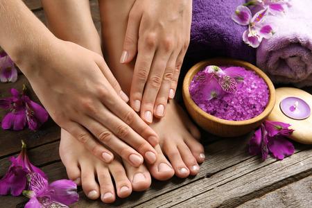 Vrouwelijke voeten bij spa pedicure procedure