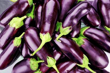 Hoop van verse aubergines close-up Stockfoto