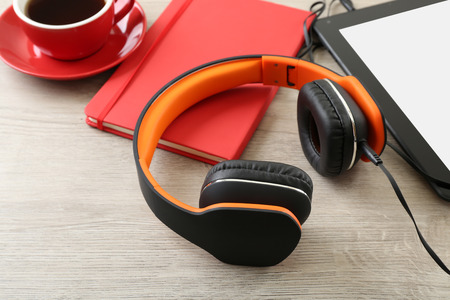Headphones with tablet and cup of coffee on wooden table close up Banque d'images
