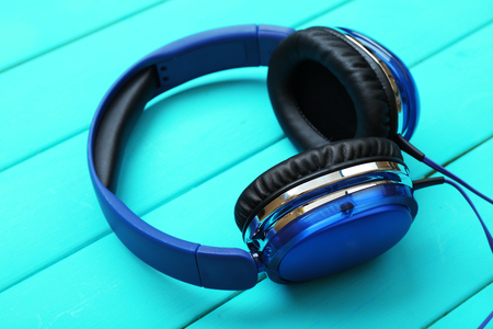 Headphones on wooden background Banque d'images