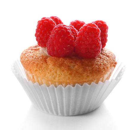 Délicieux petit gâteau aux baies isolé sur blanc Banque d'images