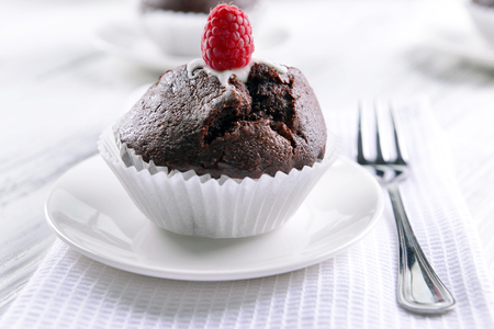 Delicious chocolate cupcake with raspberry on table close up Banque d'images