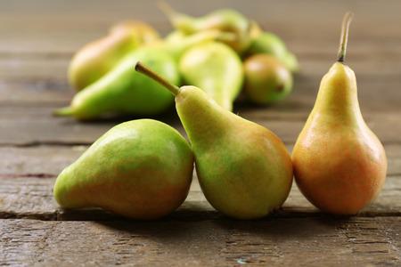 Ripe pears on wooden table close up Foto de archivo