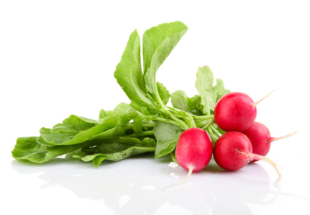 Fresh red radish isolated on white Banque d'images