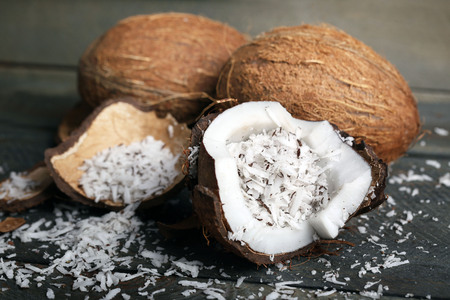 Coconut shavings in coconut on wooden background Stockfoto