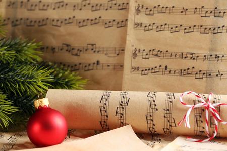 Notes de musique avec décoration de Noël se bouchent Banque d'images - 102056825