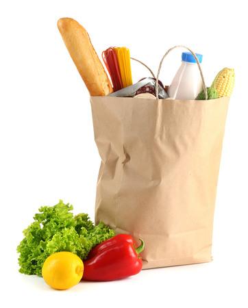 Bolsa de papel con comida aislado en blanco