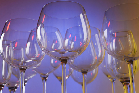 Empty wine glasses on color background Banque d'images