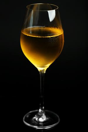 暗い背景にワインのグラス 写真素材 - 102203884