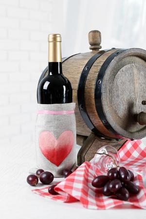 ワインとブドウをテーブルに置いた美しい静物画 写真素材 - 102512601