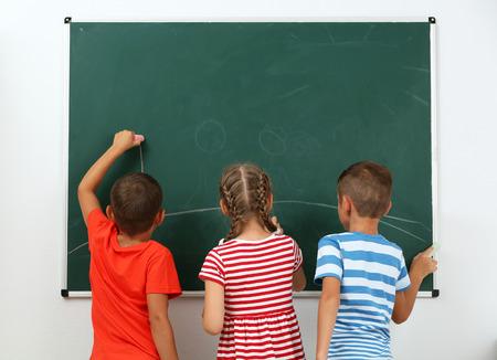 Enfants dessinant sur tableau noir à l & # 39; école Banque d'images