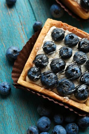 Gourmet fresh blueberry tart on table Standard-Bild